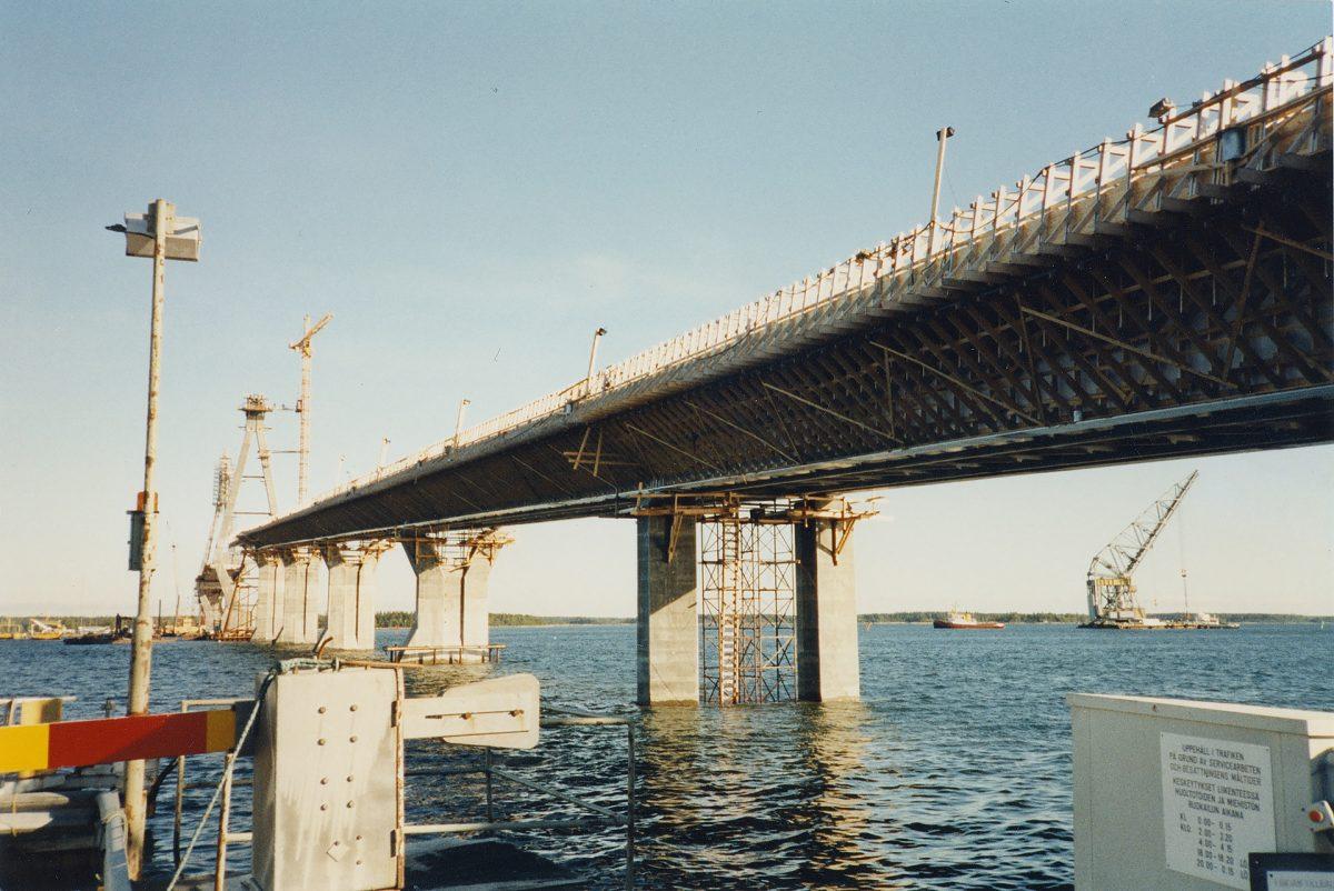 Raippaluodon sillan asennusvaihe 1996.