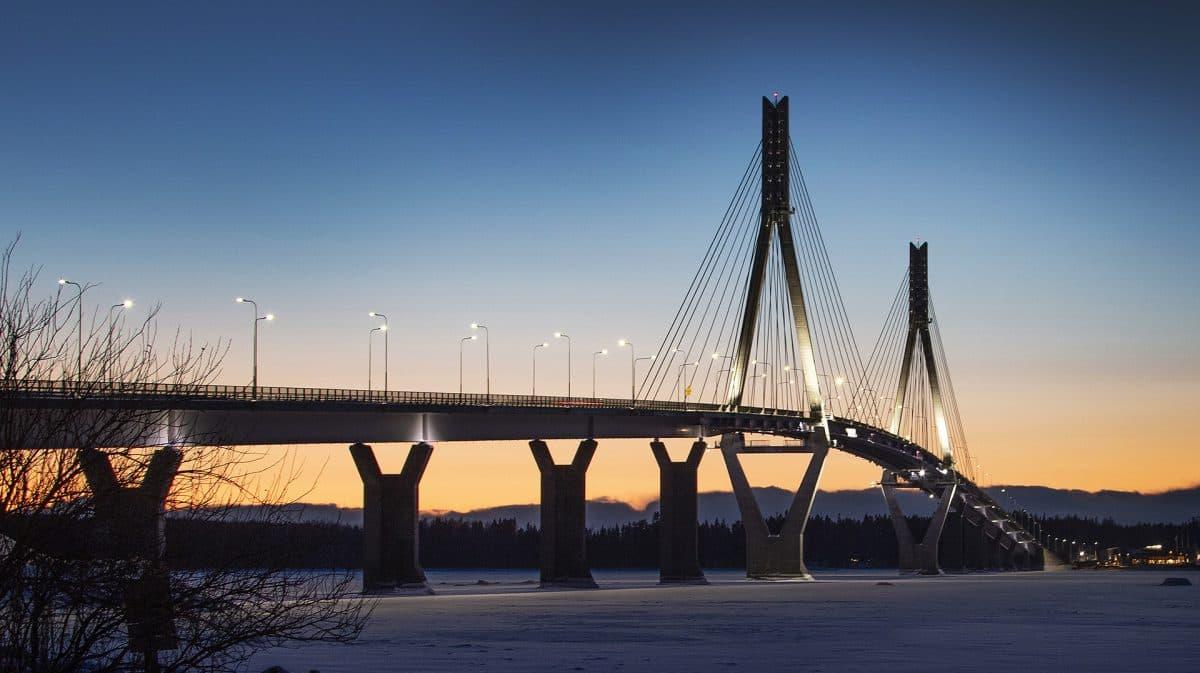 Raippaluodon silta iltavalaistuksessa.
