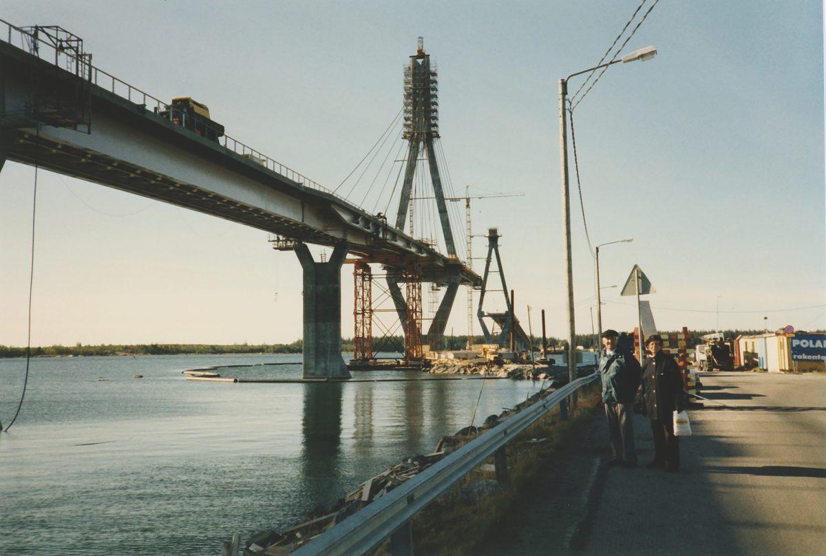 Suomen pisimmän sillan asennus oli yleisöä ja mediaa kiinnostava projekti.